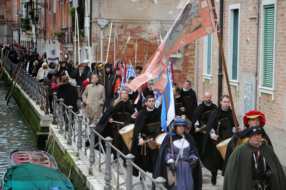 Photo du carnaval de Venise avec drapeaux, banderoles, oriflammes en procession