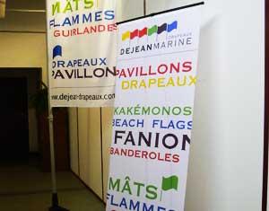 Drapeaux Dejean Marine, fabricant de kakémonos de différents formats et formes (goutte, rectangulaire,etc.).