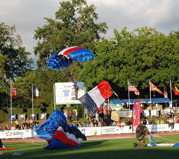 Le drapeau tricolore saute en parachute avec l'ETAP