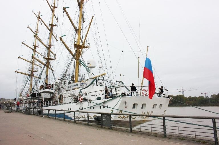 Le voilier russe Mir accoste à Bordeaux